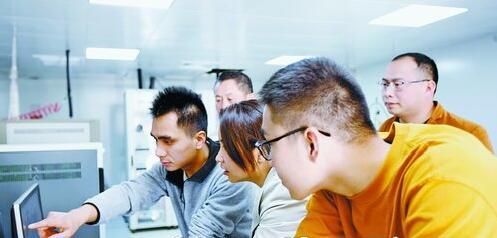 福建省厦门环境监测中心站空气质量预警预报团队正在对数据进行分析,并展开会商。