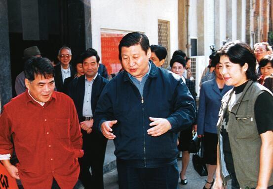 2000年11月,习近平总书记(时任福建省委副书记、省长)与福建人民艺术剧院《沧海争流》剧组人员交流。(资料图片)