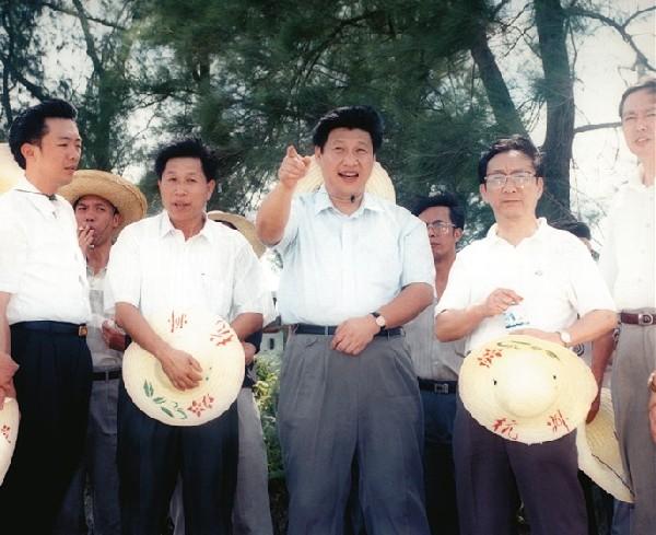 1996年7月,习近平总书记(时任福建省委副书记)到福清市调研农业农村工作。(资料图片)