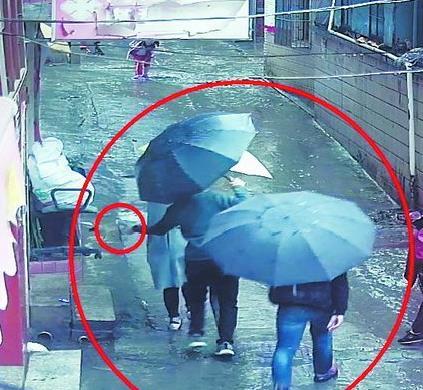 视频中,窃贼掏兜手法十分娴熟。(视频截图)