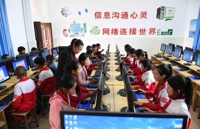 云南省西盟佤族自治县勐梭镇班母村的小学生在上电脑课(2018年12月7日摄)。