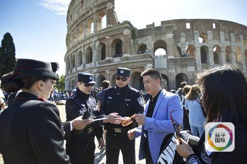 2016年5月2日,中方警员与意大利同行在罗马斗兽场外执行联合巡逻。新华社记者金宇摄