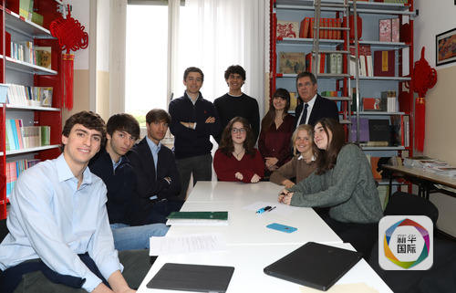 意大利著名摄影师乔治·洛蒂接受新华社记者专访。新华社记者程婷婷摄