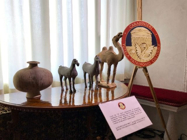3月23日,中意双方在国家主席习近平和意大利总理孔特共同见证下,交换关于796件套中国流失文物艺术品返还的证书。图为部分中国流失文物艺术品。(新华社记者姚大伟摄)