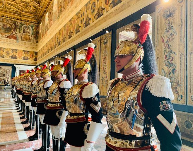 3月23日,国家主席习近平在罗马同意大利总理孔特会谈。这是习近平抵达时,孔特总理在停车处迎接。两国领导人一同检阅仪仗队。(新华社记者李学仁摄)