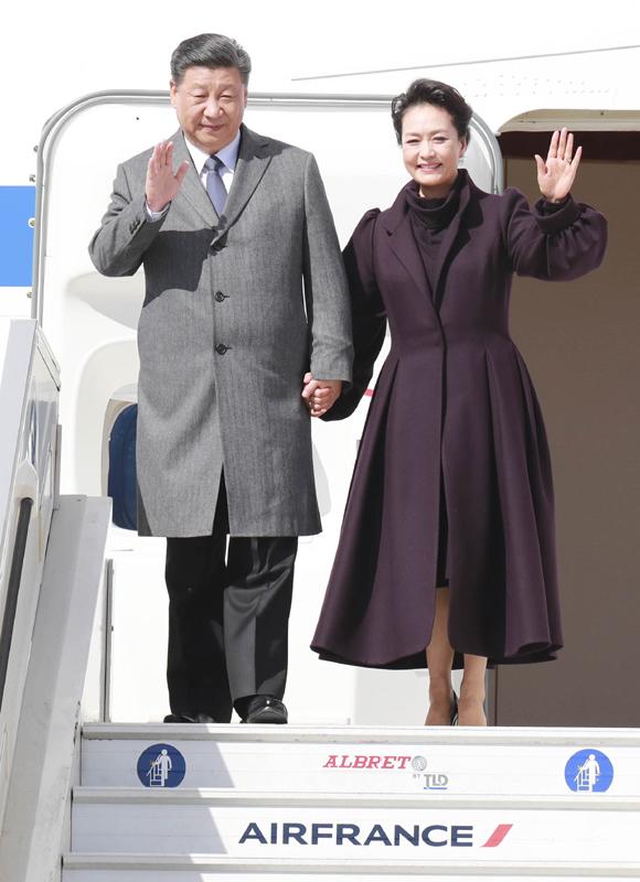 3月25日,国家主席习近平在巴黎爱丽舍宫同法国总统马克龙会谈。当日上午,习近平结束在尼斯的行程,乘专机离开尼斯赴巴黎,继续对法国进行国事访问。这是习近平和夫人彭丽媛抵达巴黎戴高乐机场。