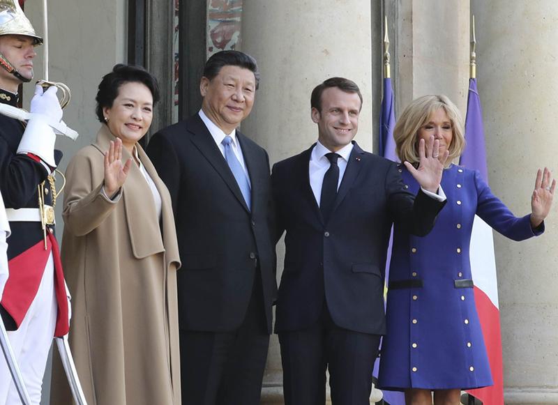 3月26日,国家主席习近平结束对法国的国事访问。离开巴黎前,习近平和夫人彭丽媛出席法国总统马克龙夫妇在爱丽舍宫举行的隆重欢送仪式。这是习近平和彭丽媛同马克龙夫妇亲切话别,合影留念。