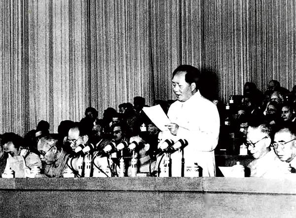 1956年9月15日至27日,中国共产党第八次全国代表大会在北京举行。大会提出的党和国家主要任务是集中力量发展生产力的思想,对于社会主义事业的发展和党的建设具有长远的重要的意义。图为毛泽东在大会上致开幕词。 新华社发