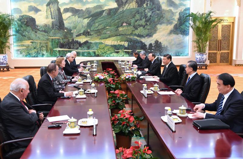 """4月1日,国家主席习近平在北京人民大会堂会见""""元老会""""代表团。 新华社记者 饶爱民 摄"""