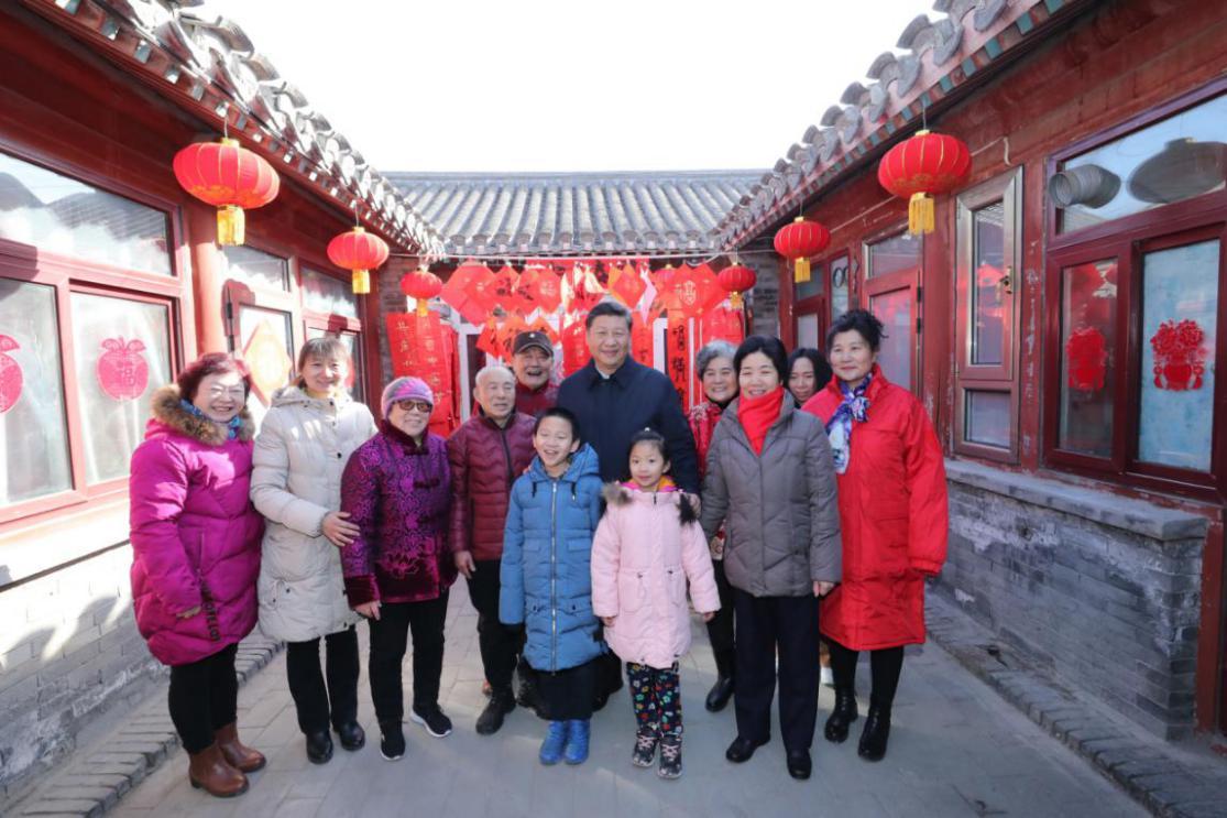 2019年2月1日,习近平在北京看望慰问基层干部群众,考察北京冬奥会、冬残奥会筹办工作。这是1日上午,习近平来到前门东区草厂四条胡同看望慰问群众时,同市民侯雅明一家合影。