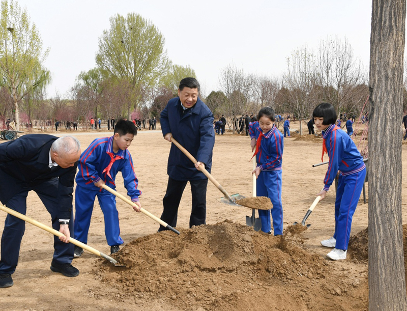 4月8日,党和国家领导人习近平、栗战书、汪洋、王沪宁、赵乐际、韩正、王岐山等来到北京市通州区永顺镇参加首都义务植树活动。这是习近平同大家一起植树。