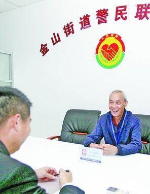 ▲调解志愿者杨胜财(右)正在开展调解。
