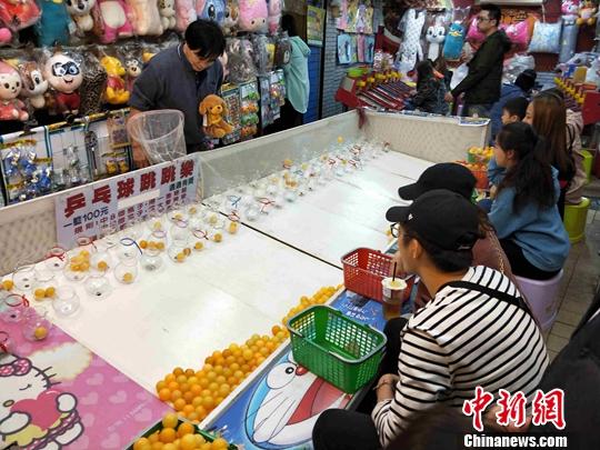 """""""乒乓球跳跳乐""""游戏吸引年轻人。中新社记者 毕永光 摄"""