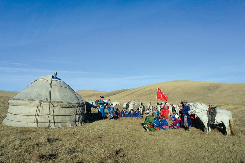 """2017年,内蒙古自治区苏尼特右旗乌兰牧骑队员们联名给习近平总书记写信,表达了为繁荣发展社会主义文艺事业作贡献的决心。2017年11月21日,习近平总书记给他们回信,勉励他们扎根生活沃土,服务牧民群众,推动文艺创新,努力创作更多接地气、传得开、留得下的优秀作品,永远做草原上的""""红色文艺轻骑兵""""。图为2018年11月20日,乌兰牧骑队员们又一次奔赴牧区为牧民们表演节目。 新华社发 东哈达/摄"""
