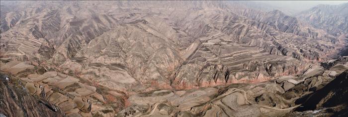 """""""在这样一个极度贫瘠的地方,不具备人类生存的基本条件"""",1982年联合国粮食计划署官员考察甘肃后这样评价。"""