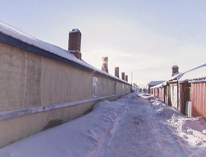 化雪成冰,郭永财家门外的道路湿滑泥泞。