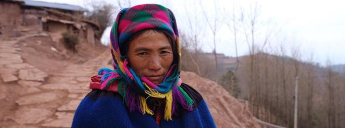 这位彝族同胞身后就是总书记当年走过的石板小路。