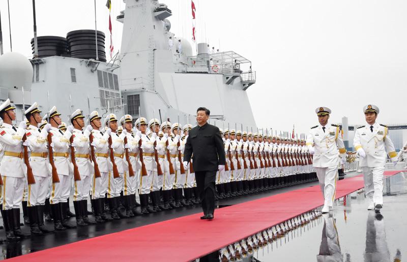 4月23日,在中国人民解放军海军70华诞之际,中共中央总书记、国家主席、中央军委主席习近平出席在青岛举行的庆祝人民海军成立70周年海上阅兵活动。图为习近平检阅海军仪仗队。