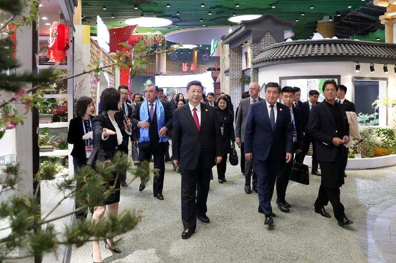 4月28日,国家主席习近平和夫人彭丽媛在北京延庆同出席2019年中国北京世界园艺博览会的外方领导人夫妇共同参观园艺展。
