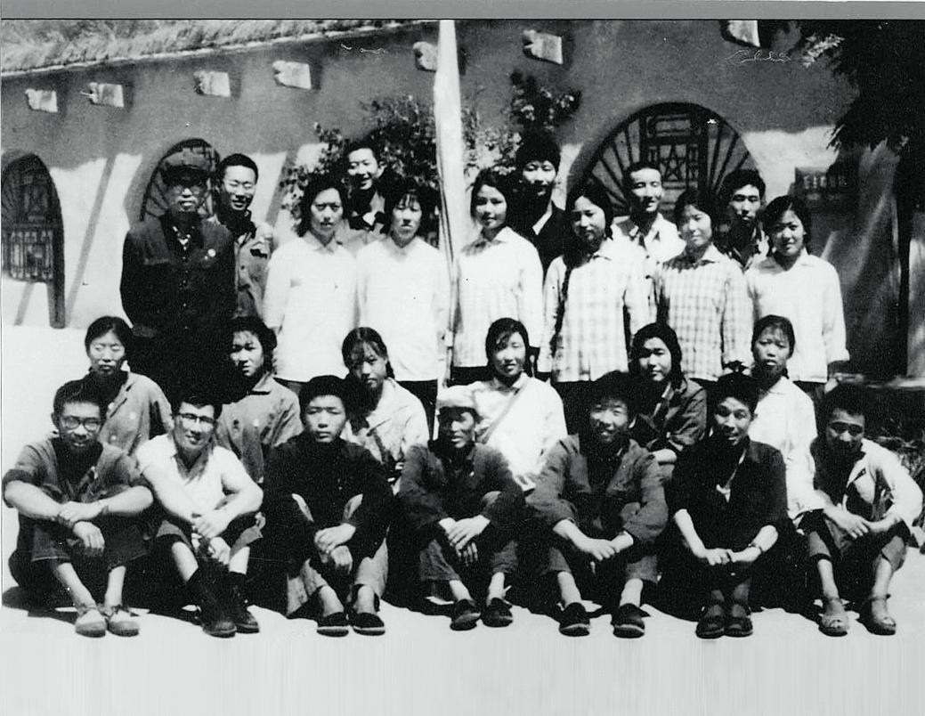 1975年,时任梁家河大队党支部书记习近平(后排右三)和北京及本地知青。