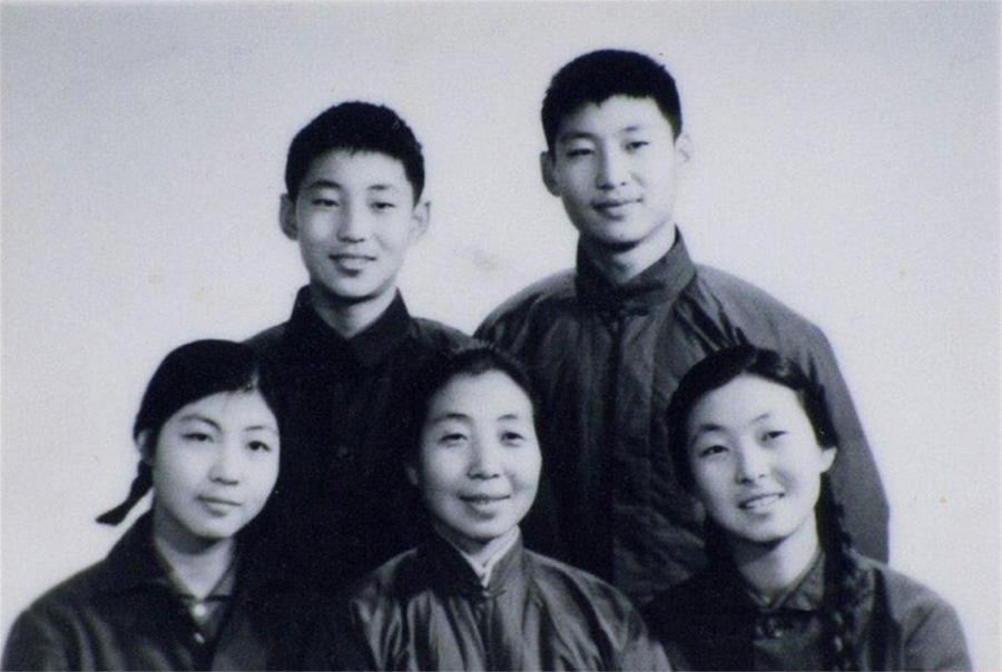 1972年冬,齐心与子女在一起。