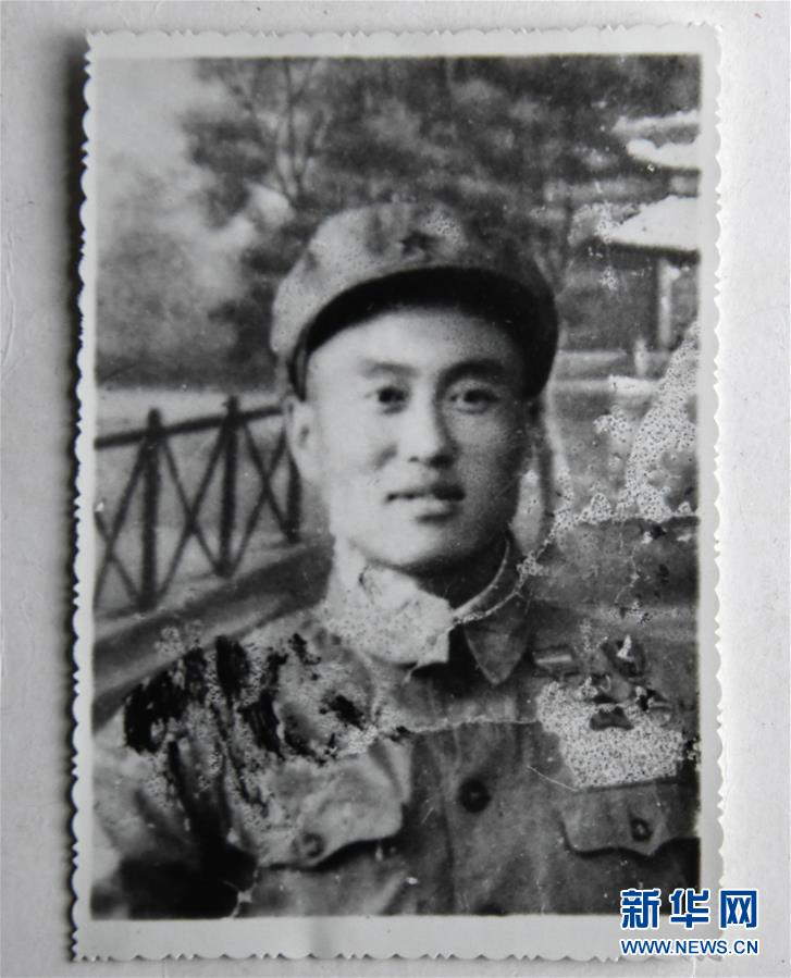 這是張富清年輕時的照片(3月30日攝)。新華社記者 程敏 攝