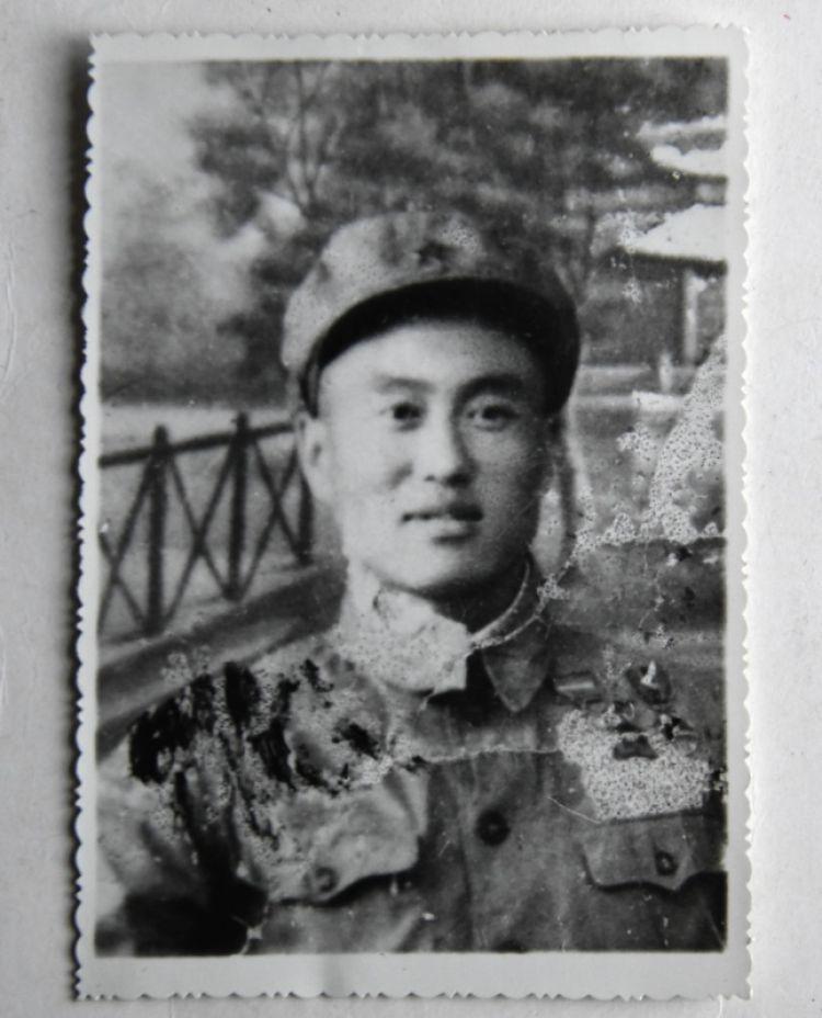 这是张富清年轻时的照片(3月30日摄)。新华社记者 程敏 摄