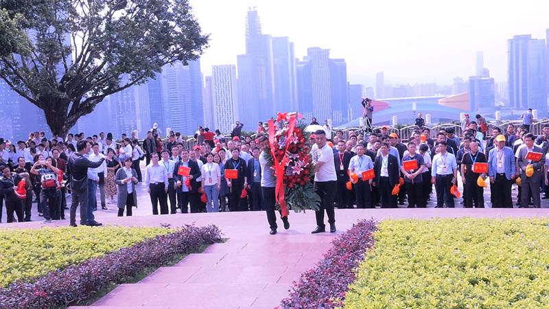 学员们在深圳莲花山邓小平塑像广场敬献花篮