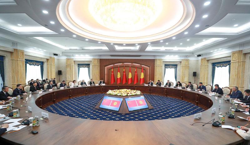 6月13日,国家主席习近平在比什凯克同吉尔吉斯斯坦总统热恩别科夫会谈。新华社记者 李学仁 摄