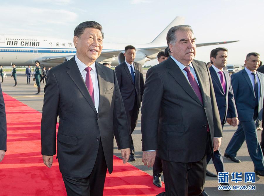 6月14日,国家主席习近平乘专机抵达杜尚别,开始出席亚洲相互协作与信任措施会议第五次峰会并对塔吉克斯坦共和国进行国事访问。习近平步出舱门,受到塔吉克斯坦总统拉赫蒙热情迎接。
