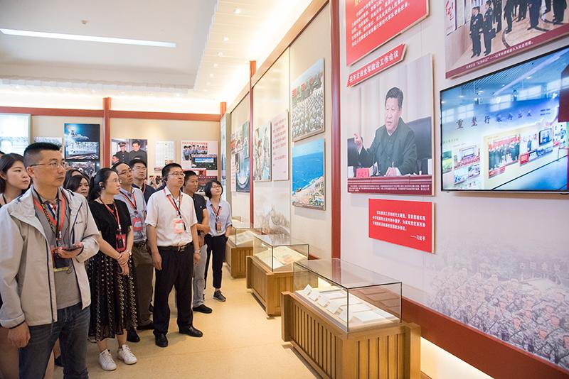 学员在古田会议纪念馆看陈列的图片