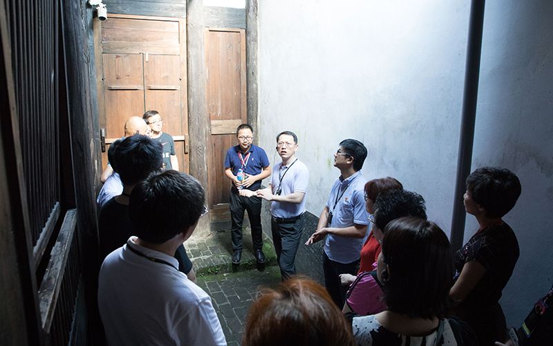 学员参观福建省苏维埃政府旧址内瞿秋白烈士被捕后的关押处