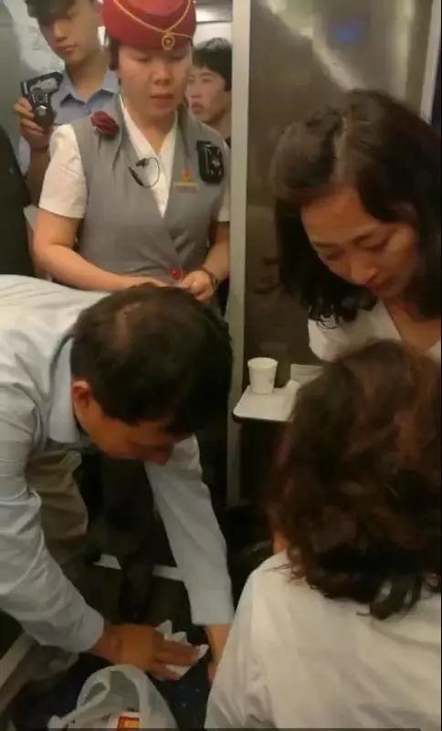 在由北京西开往临汾西的D2005次动车上,大宁县乡村医生贺星龙正在救人。