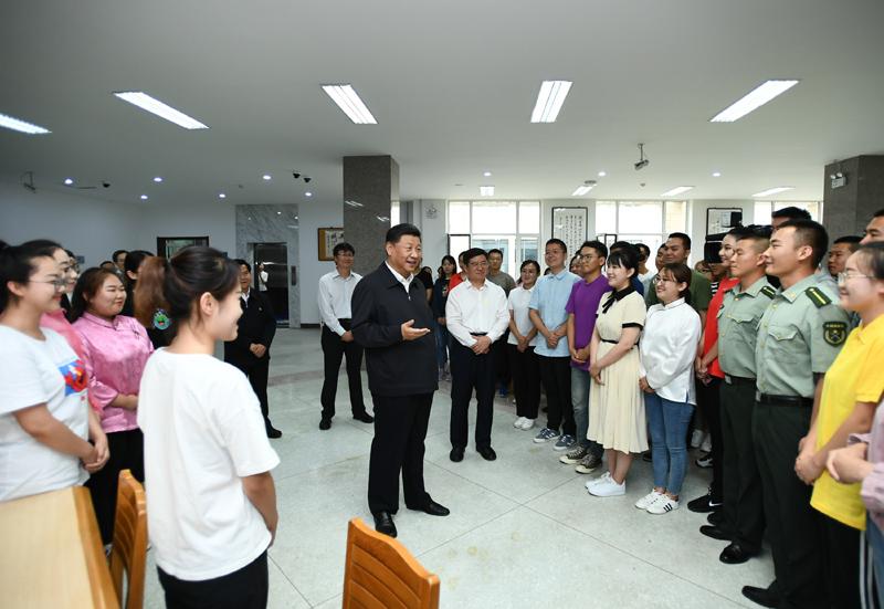 """7月15日至16日,中共中央總書記、國家主席、中央軍委主席習近平在內蒙古考察并指導開展""""不忘初心、牢記使命""""主題教育。這是16日上午,習近平在內蒙古大學圖書館同學生們親切交談,勉勵他們志存高遠、腳踏實地、發奮圖強。"""