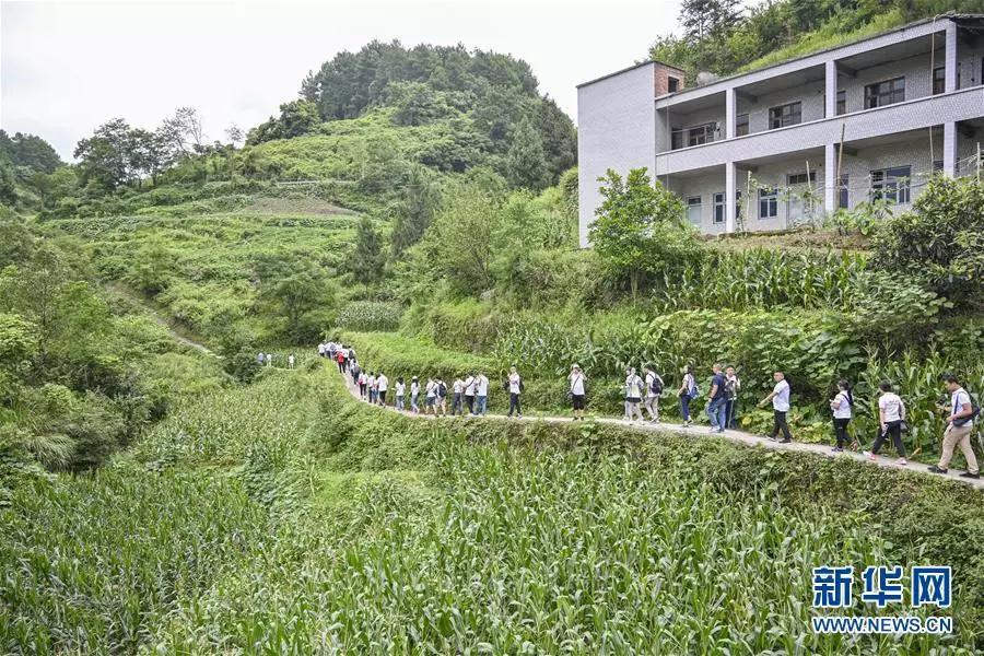 参加再走长征路记者团的记者在位于重庆市綦江石壕镇的当年中央红军走过的长征路上进行体验式采访(7月15日摄)。新华社记者 刘潺 摄