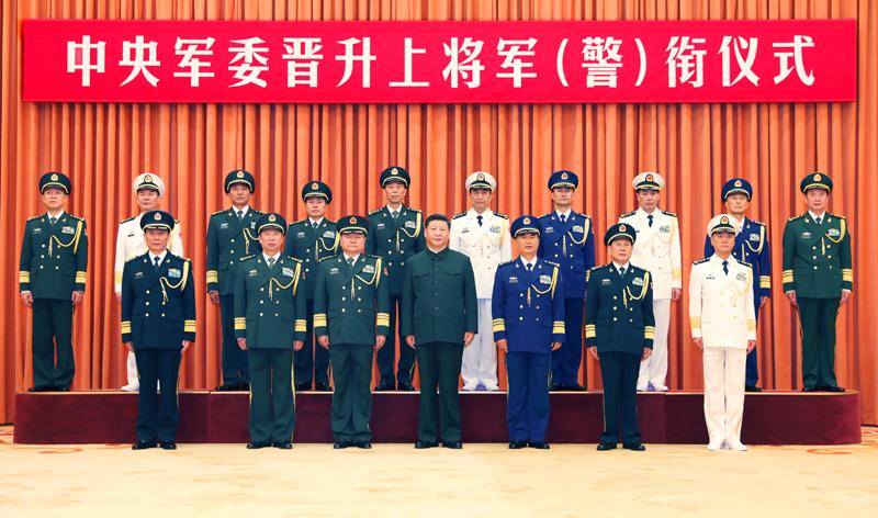 7月31日,中央军委晋升上将军衔警衔仪式在北京八一大楼隆重举行。中央军委主席习近平向晋升上将军衔警衔的军官警官颁发命令状。这是习近平等领导同志同晋升上将军衔警衔的军官警官合影。新华社记者 李刚 摄