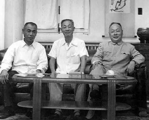 陈氏三兄弟1961年摄于北京,从左至右:陈孟熙、陈修和、陈毅