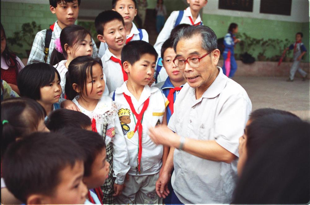 毛秉华给井冈山小学学生讲革命传统(1997年10月30日发)。 新华社记者 宋振平 摄