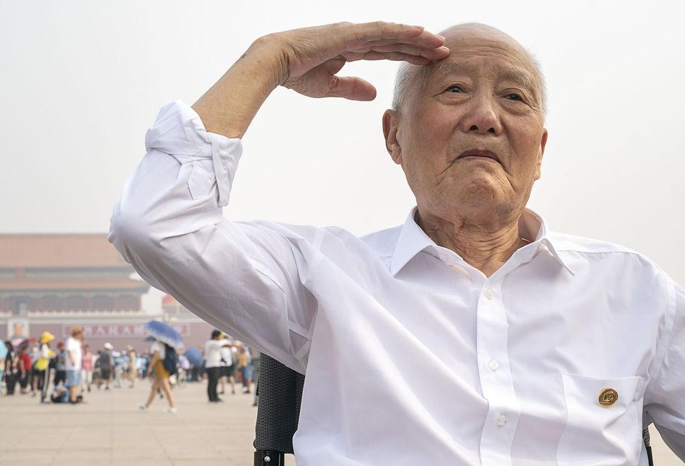 张富清老人在北京天安门广场向人民英雄纪念碑敬礼(7月27日摄)。 新华社记者 熊琦 摄