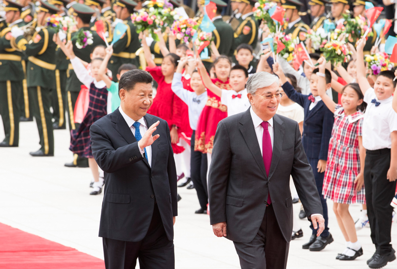 9月11日,国家主席习近平在北京人民大会堂同哈萨克斯坦总统托卡耶夫举行会谈。这是会谈前,习近平在人民大会堂东门外广场为托卡耶夫举行欢迎仪式。