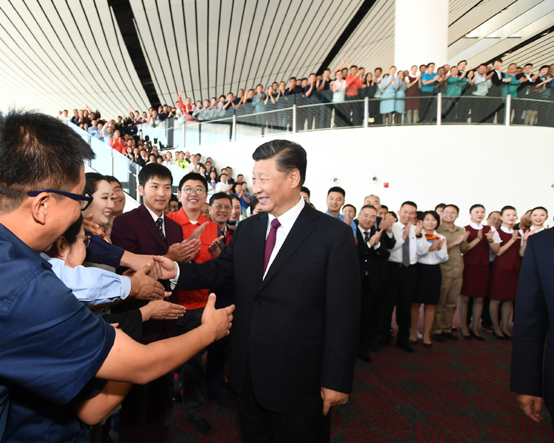 9月25日上午,北京大兴国际机场投运仪式在北京举行。中共中央总书记、国家主席、中央军委主席习近平出席仪式,宣布机场正式投运并巡览航站楼。这是习近平看望参与机场建设和运营的工作人员代表,同他们亲切交谈。