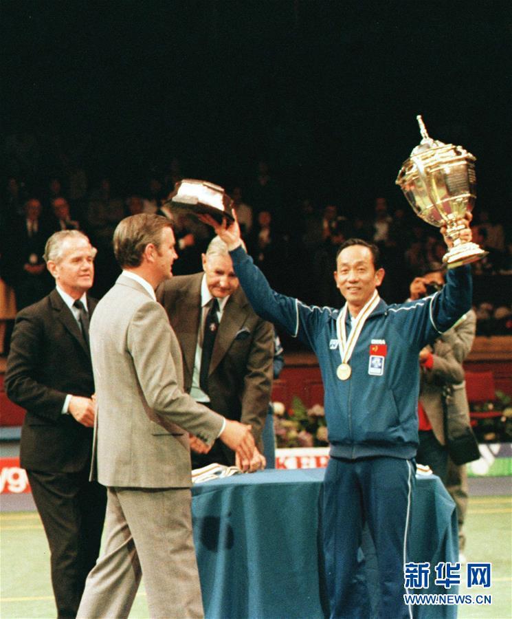 这是时任中国羽毛球队教练王文教(右)在中国队获得第十二届汤姆斯杯赛冠军后在颁奖仪式上向观众致意(资料照片)。新华社记者刘向阳摄
