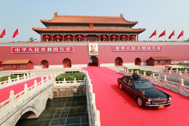 10月1日,庆祝中华人民共和国成立70周年大会在北京天安门广场隆重举行。中共中央总书记、国家主席、中央军委主席习近平发表重要讲话并检阅受阅部队。这是习近平乘坐检阅车,经过金水桥,驶上长安街。