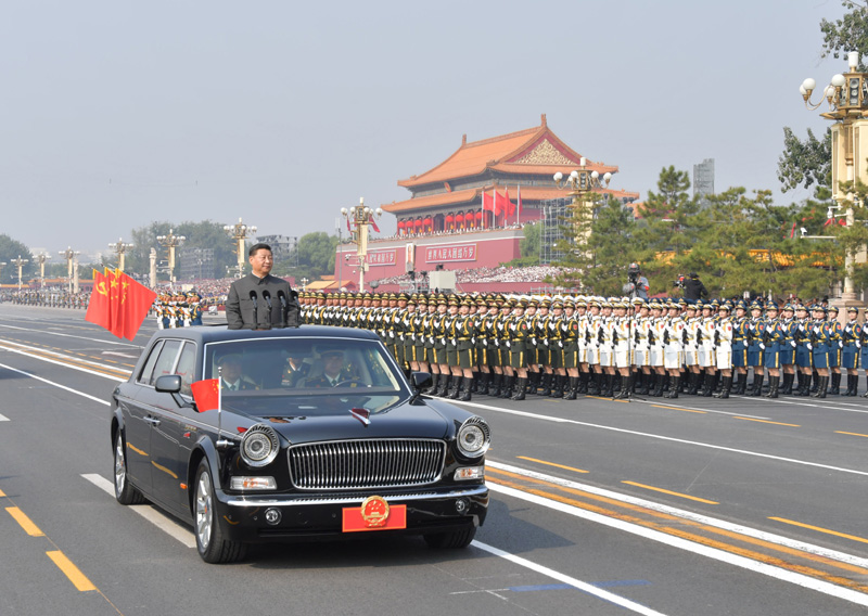 10月1日,庆祝中华人民共和国成立70周年大会在北京天安门广场隆重举行。这是中共中央总书记、国家主席、中央军委主席习近平检阅受阅部队。