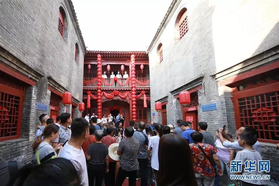 10月5日,游客在河北省武安市伯延古镇观看实景剧《商帮归来》。