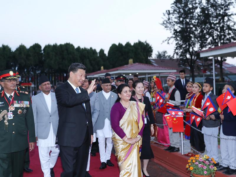 10月12日,国家主席习近平乘专机抵达加德满都,开始对尼泊尔进行国事访问。尼泊尔总统班达里在机场为习近平举行具有浓郁尼泊尔民族特色的欢迎仪式。新华社记者 鞠鹏 摄
