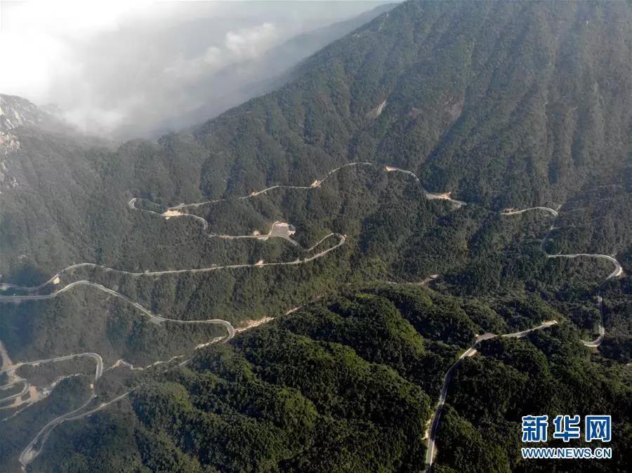 这是通往安徽省绩溪县荆州乡的盘山公路(10月11日无人机拍摄)。新华社发(黄博涵 摄)