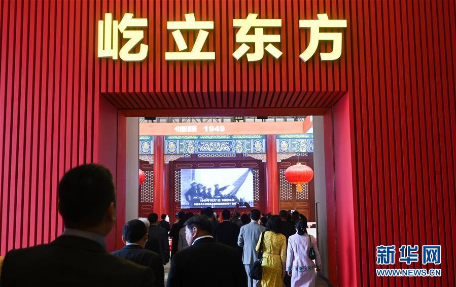 """9月28日,海外侨胞在北京受邀参观""""伟大历程 辉煌成就——庆祝中华人民共和国成立70周年大型成就展""""。新华社记者 陈晔华 摄"""
