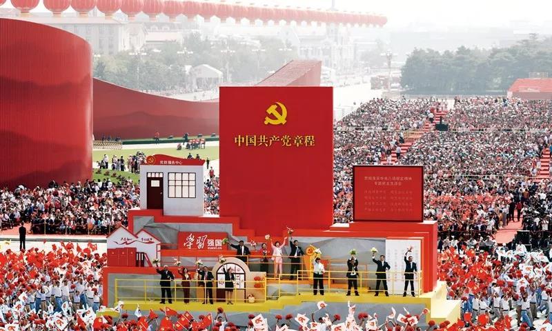 """2019年10月1日上午,庆祝中华人民共和国成立70周年大会在北京天安门广场隆重举行。这是群众游行中的""""从严治党""""方阵。新华社记者 兰红光/摄"""