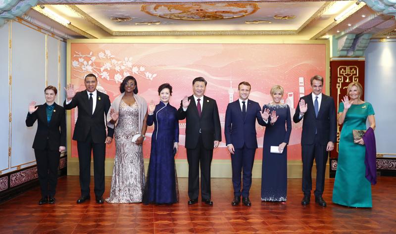 11月4日晚,国家主席习近平和夫人彭丽媛在上海和平饭店举行宴会,欢迎出席第二届中国国际进口博览会的各国贵宾。这是宴会前,习近平和彭丽媛同法国总统马克龙夫妇、牙买加总理霍尔尼斯夫妇、希腊总理米佐塔基斯夫妇、塞尔维亚总理布尔纳比奇等外方贵宾合影留念。新华社记者 鞠鹏 摄